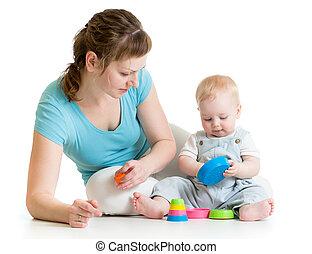 母 と 赤ん坊, おもちゃで遊ぶ, 隔離された, 白