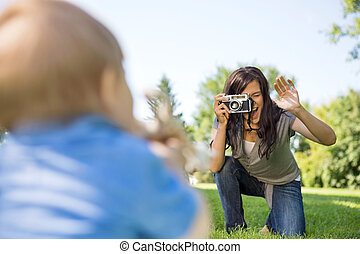 母, カメラ, によって, 写真うつりする, 息子