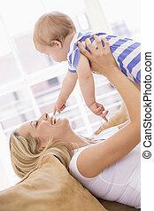 母, 中に, 反響室, 保有物の赤ん坊, 微笑