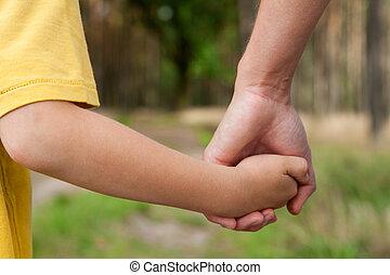 母, 保有物, 息子, 屋外で, 彼の, 手