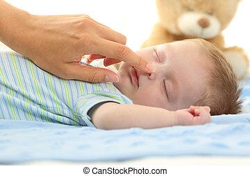 母, 手, 感動的である, 鼻, の, a, 赤ん坊, 睡眠