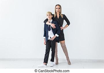 母, 白, 地位, 一緒に, 単一, バックグラウンド。, ティーネージャー, 親, 若い, 息子, -