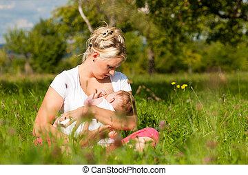 母, 看護, 赤ん坊, 上に, 牧草地