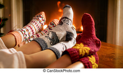 毛織りである, 燃焼, 家族, 火, イメージ, 若い, ソックス, 編まれる, クローズアップ, あること, 下に, 毛布, 暖まること