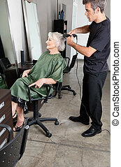 毛, シニア, 女性, まっすぐになること, 美容師