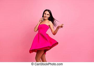 毛, 飛行, ムード, 終わり, formal-wear, 服, くるくる回る, 微笑, 隔離された, 鮮やか, ロマンス語, シック, ラウンド, かわいい, 身に着けていること, 女性, ピンクの背景, 上品, 春, 打撃, ぐるぐる回る, 彼女, 明るい, 衣装, 彼女, バラ, 写真