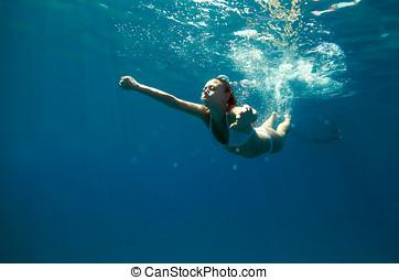 水下的觀點, ......的, a, 婦女, 游泳, 在, the, 海洋