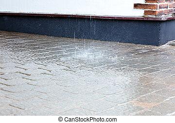 水, はねる, 中に, 水たまり, 上に, 歩道, の間, 豪雨