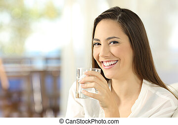 水 ガラス, 女性の保有物, 幸せ
