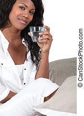 水 ガラス, 飲むこと, 女 ベッド