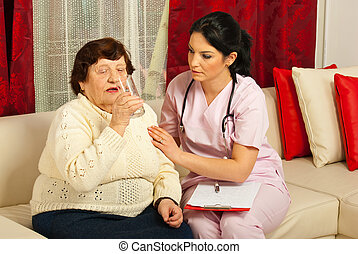 水, 看護婦, 援助, 飲むこと, 年配