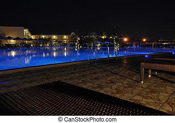 池, 夜晚