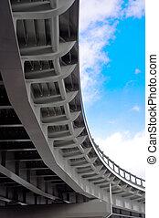 汽車, 天橋, 在背景上, ......的, 藍色的天空, 由于, clouds., 底視圖