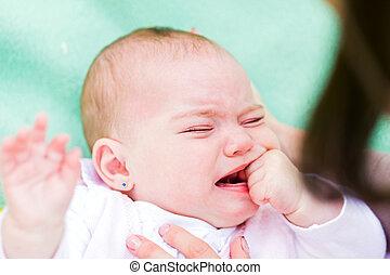 泣いている赤ん坊