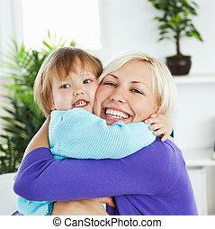 注意深い, 母, 抱き合う, 彼女, わずかしか, 娘