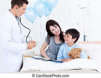 注意, 醫生, 談話, 由于, a, 小男孩, 以及, 他的, 母親