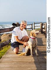 活動的な 先輩, 人, そして, 彼の, 犬, ビーチにおいて