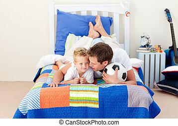 活生生, 小男孩, 以及, 他的, 父親, 觀看, a, 足球比賽