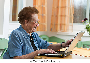 活躍的老年人, 由于, a, 膝上型, 在, 空閑