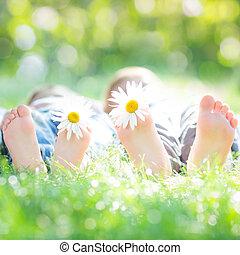 活躍, 夫婦, 躺在草地上