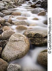 流れ, 流れ, 上に, 水, 身につけられた, ラウンド, 岩