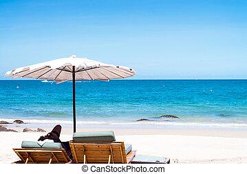 浜の 椅子, そして, 傘, 上に, 砂, 浜。