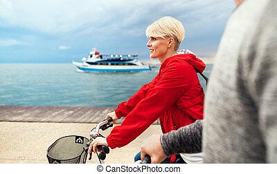 浜。, サイクリング, 恋人, 中央部, 若い, bicycles, 屋外で