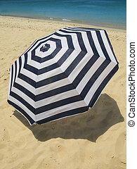 浜, ストライプが入った洋傘, 砂