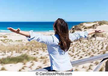 浜, 女, 伸ばしている腕