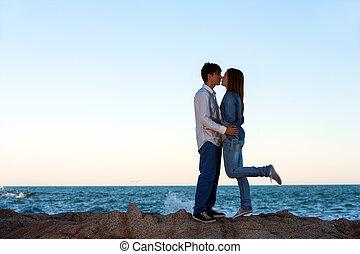 浪漫的夫婦, 上, 岩石, 在, seaside.