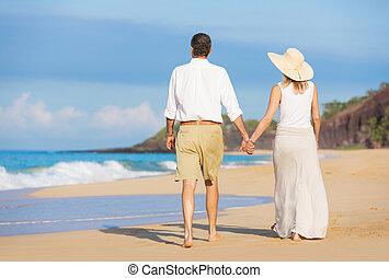 浪漫的夫婦, 步行, 在海灘上