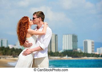浪漫的夫婦, 親吻, 上, the, 海灘。