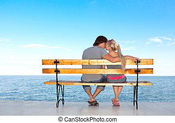 浪漫的愛, 夫婦, 男孩和女孩, 親吻, 上, a, 長凳, 在海灘上