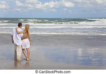 浪漫, 人和婦女, 夫婦擁抱, 上, a, 海灘