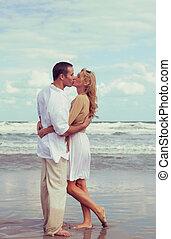 浪漫, 人和婦女, 夫婦親吻, 上, a, 海灘