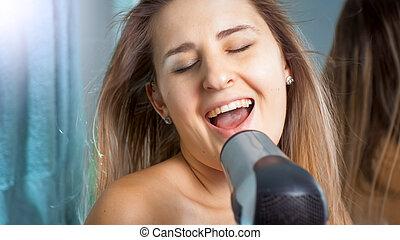 浴室, 女, 朗らかである, 肖像画, hairdryer, 歌うこと, 幸せ