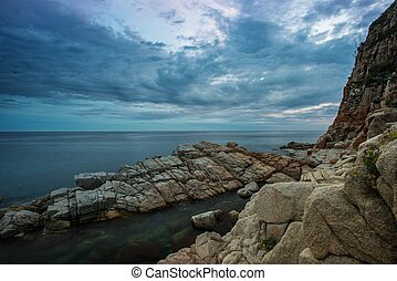 海岸, 憂うつである, 空, 上に, 岩が多い