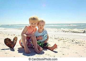海洋, 浜, 兄弟, 抱き合う, 若い