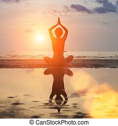 海滩, 考虑, 妇女, 瑜伽姿态