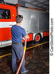 消防士, 練習, 水, スプレーをかける, トラック, の間