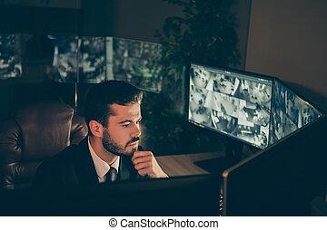 深刻, 監督すること, 仕事場, 肖像画, 彼の, 使うこと, 集中される, スタッフ, カム, 妨げる, ワークステーション, 彼, パネル, 監視, 盗み, 魅力的, すてきである, テレビ, 屋内, 人