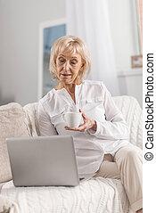 深思, 成熟婦女, 徘徊, 網際網路