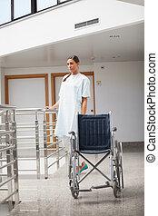 深思, 病人, 站立, 在旁邊, a, 輪椅