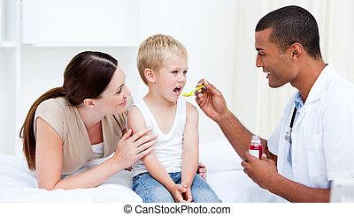 混合比賽, 醫生, 給, 一些, 糖漿, 到, the, 小男孩