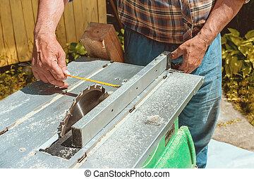 測量, 男性, 做, 切割, 陽光普照, 手, day., 磁帶, 板, 措施, 部分, 看見, 圓