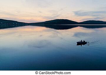 游泳, 人, 二, 針對, 湖, 傍晚, 小船, 背景