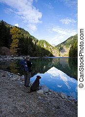 湖邊, 徒步旅行者, 以及, 狗