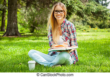準備, へ, 試験, outdoors., 美しい, 若い, 女子学生, 執筆, 何か, 中に, メモ帳, 間,...