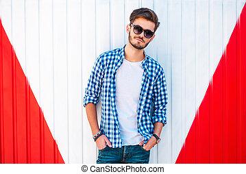 漂亮, 以及, trendy., 充滿信心, 年輕, manholding, 在口袋中的手, 以及, 看 照相機,...