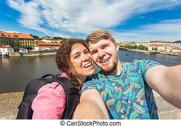 漂亮, 夫婦, 拿, selfie, 由于, 流動, 聰明, 電話, 照像機, 在, 歐洲, city., 假期, 愛, 旅行, 以及, 假期, concept.